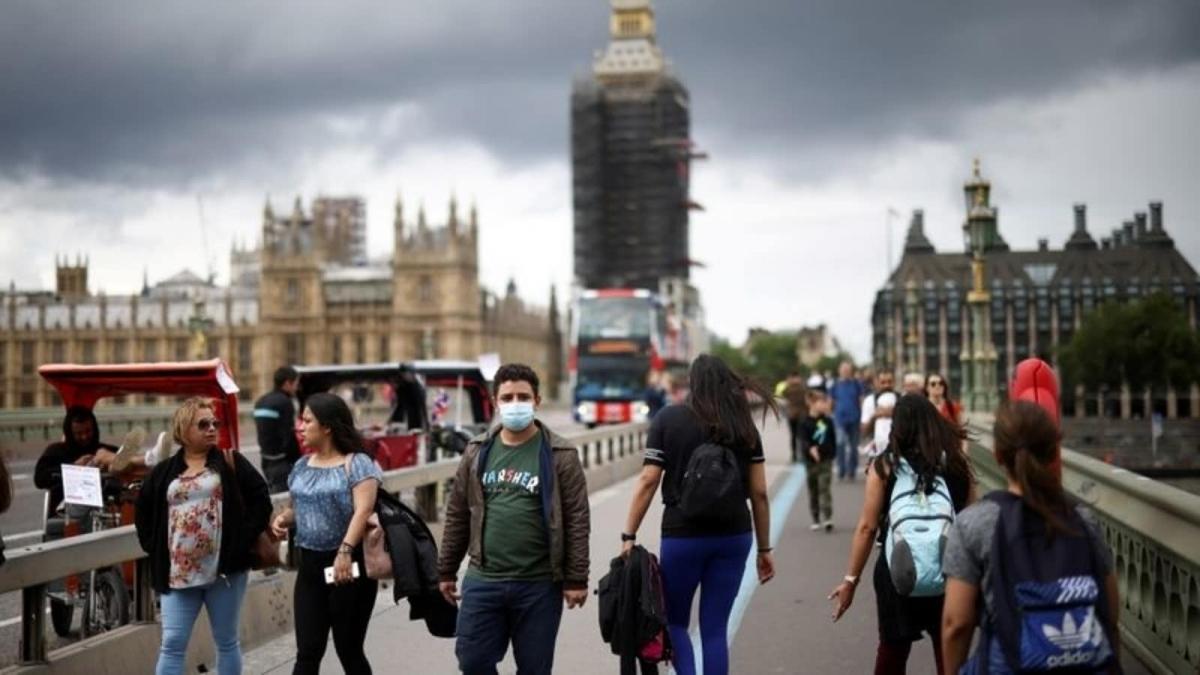 Số ca mắc Covid-19 tại Anh giảm từ 54.674 ca vào ngày 17/7 xuống 24.950 ca vào ngày 26/7. Ảnh: Reuters