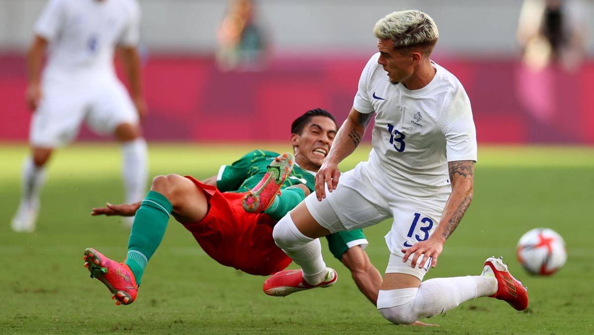 U23 Mexico (áo xanh) tổ chức được nhiều cơ hội ăn bàn hơn (Ảnh: Reuters).