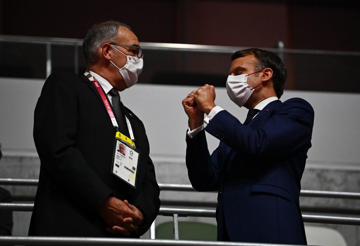 Tổng thống Pháp - Emmanuel Macron và Tổng thống Thụy Sĩ Guy Parmelin trên khán đài sân vận động Quốc gia Nhật Bản. (Ảnh: Reuters).