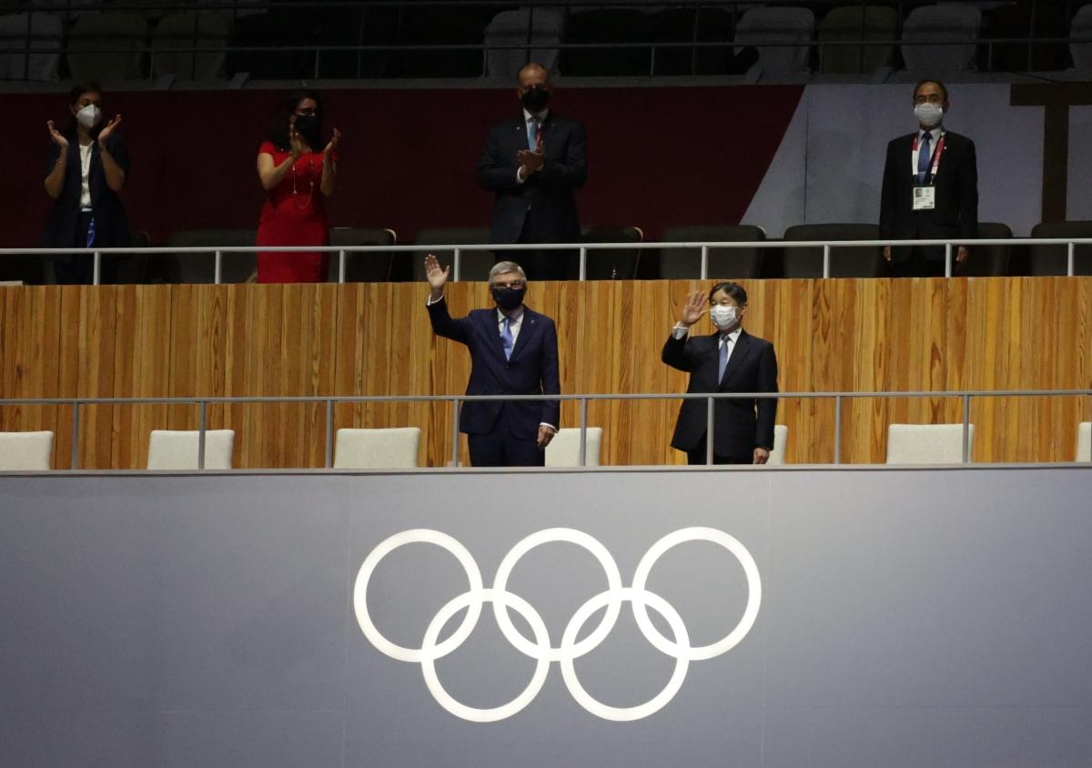 Nhật hoàng Naruhito và Chủ tịch Ủy ban Olympic quốc tế Thomas Bach trên khán đài. (Ảnh: Reuters).
