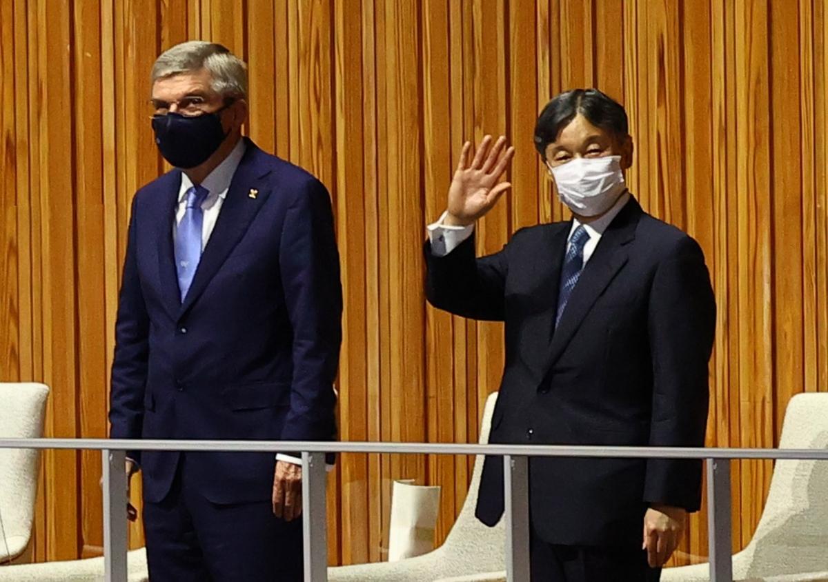 Nhật hoàng Naruhito và Chủ tịch IOC Thomas Bach. (Ảnh: Reuters).