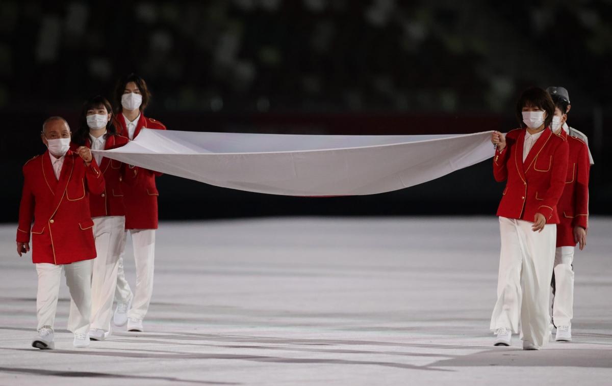 Lễ thượng cờ trang nghiêm của nước chủ nhà Nhật Bản. (Ảnh: Reuters).
