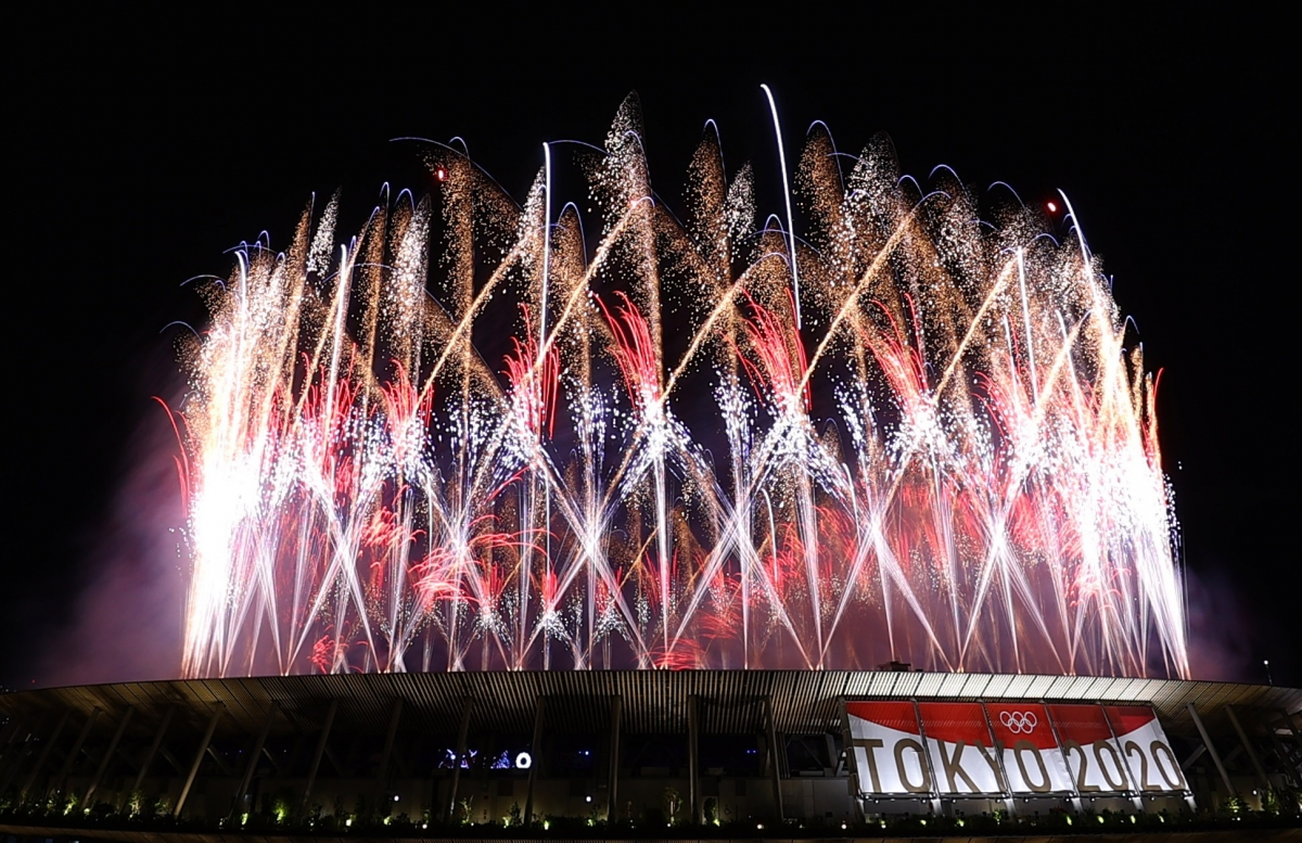 Màn pháo hoa mở màn Lễ khại mạc Olympic Tokyo 2020 trên sân vận động Quốc gia Nhật Bản. (Ảnh: Reuters).
