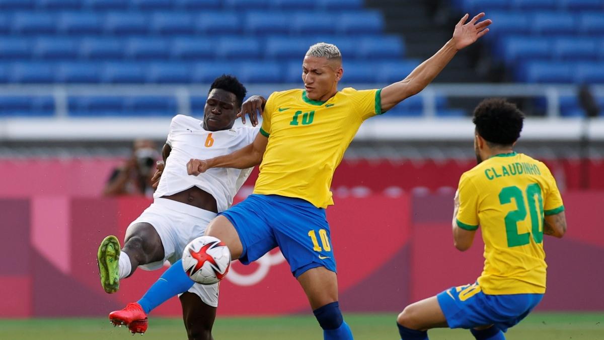Brazil đang thi đấu chật vật trước Bờ Biển Ngà sau khi chỉ còn 10 người trên sân từ phút 14. (Ảnh: Reuters).