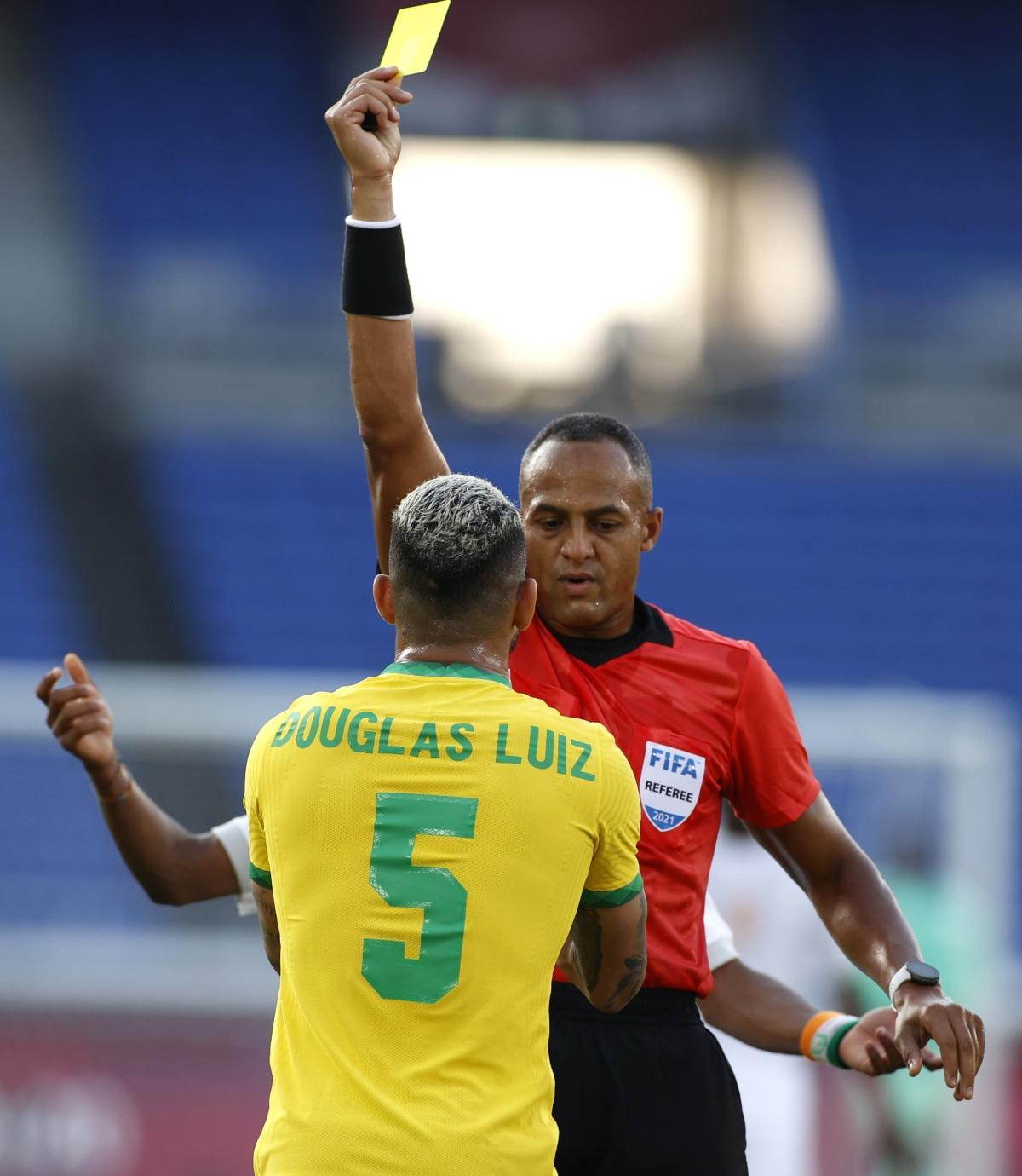 Trọng tài lúc đầu chỉ rút thẻ vàng với Luiz nhưng sau khi tham khảo VAR đã quyết định truất quyền thi đấu trung vệ của Brazil ở phút 14. (Ảnh: Reuters).