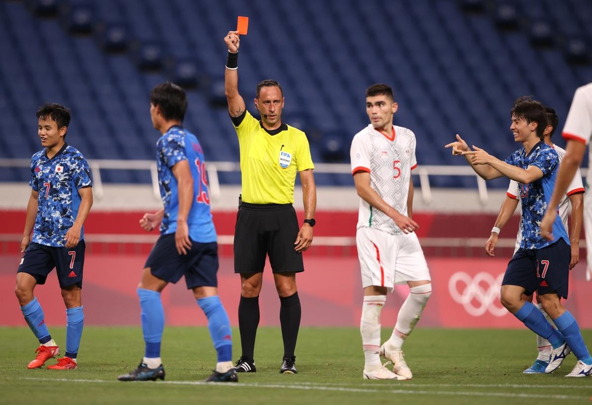 Johan Vasquez (số 5) bị truất quyền thi đấu. (Ảnh: Reuters)