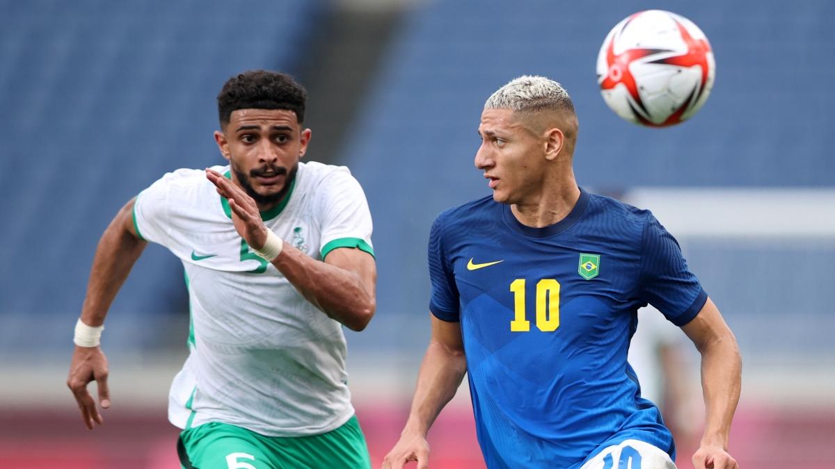 Các cầu thủ Brazil ép sân toàn diện Saudi Arabia trong hiệp 2 (Ảnh: Reuters).