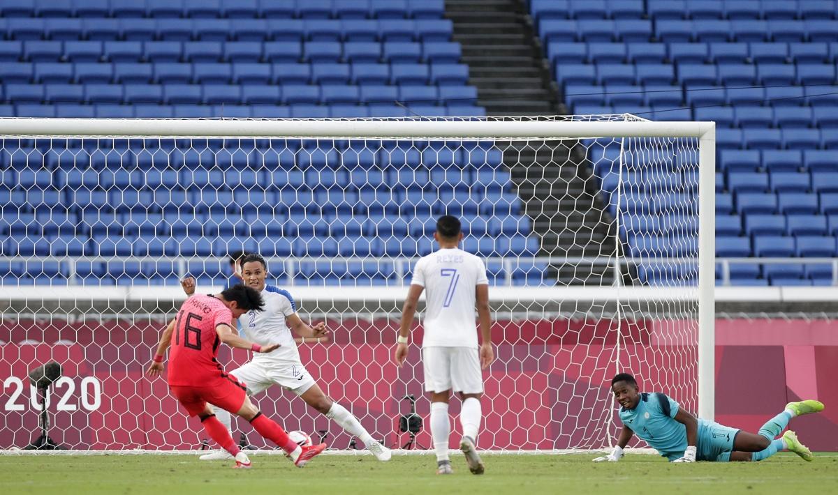 Tình huống Hwang Ui-Jo ghi bàn thứ hai vào lưới Honduras. (Ảnh: Reuters).