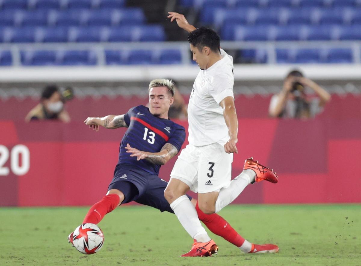 Pháp đang bế tắc trong việc tìm đường vào khung thành thủ môn Tani bên phía Nhật Bản. (Ảnh: Reuters).