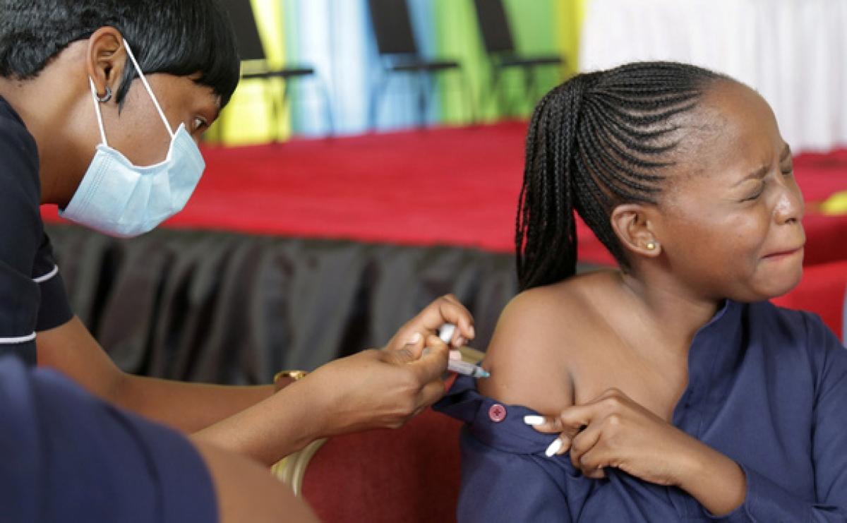 Người dân được tiêm ngừa Covid-19 tại Tanzania ngày 28/7. Ảnh: Reuters