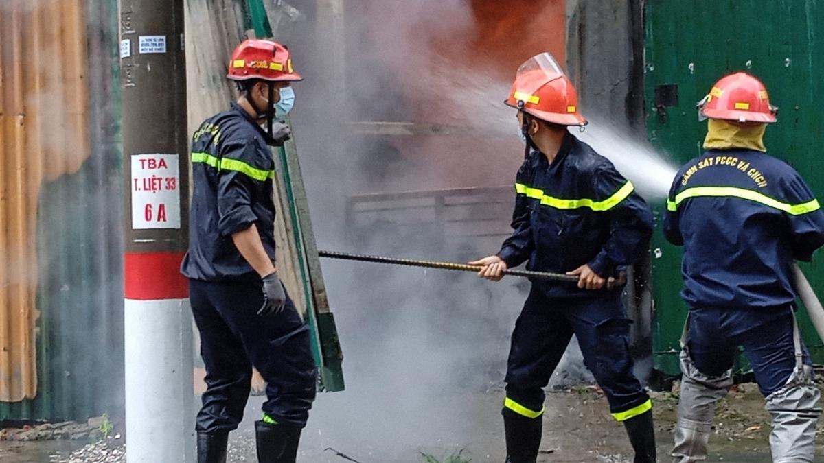 Lực lượng chức năng nỗ lực dập lửa.