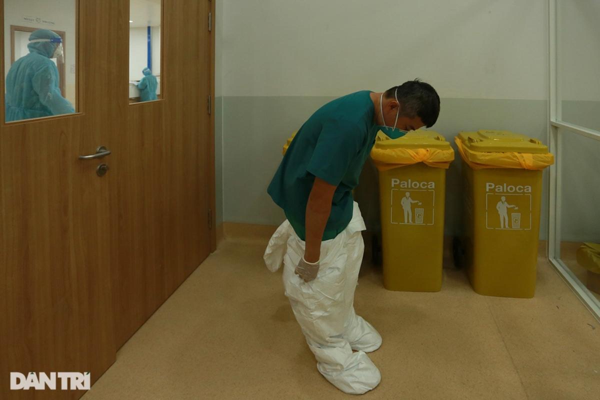 Gần 2h sáng, khi những ca cấp cứu nặng đã ổn định, bác sĩ Linh mới rời phòng điều trị.