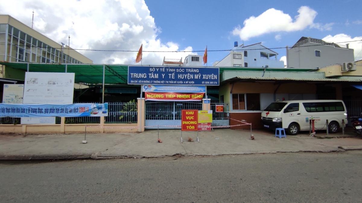 Trung tâm y tế huyện Mỹ Xuyên bị phong tỏa sau khi phát hiện ca mắc COVID-19.