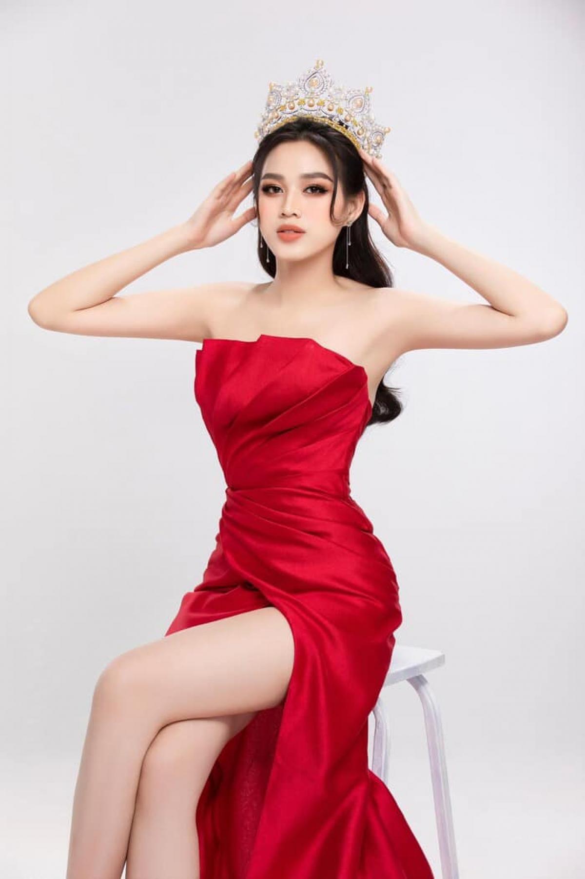 Hoa hậu Đỗ Thị Hà xuất hiện trong bộ đầm đỏ quyến rũ, khéo khoe vóc dáng chuẩn đồng hồ cát của mình.