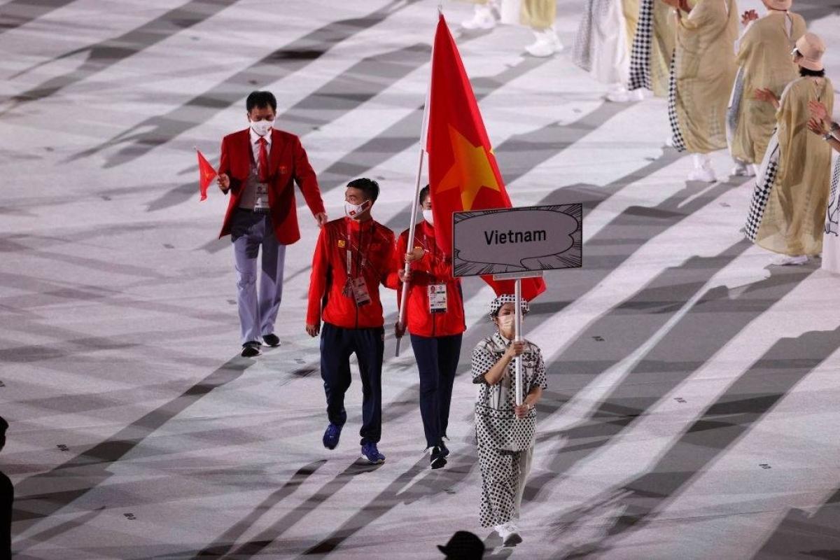 Đoàn Thể thao Việt Nam diễu hành với hai vận động viên mang quốc kỳ là Quách Thị Lan (điền kinh) và Nguyễn Huy Hoàng (bơi). (Ảnh: Getty).