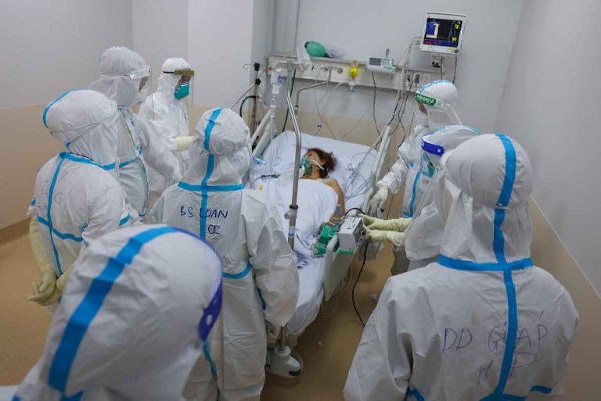 Các y bác sĩ làm việc gấp 2, gấp 3 lần thậm chí hơn để cứu bệnh nhân COVID-19. (Ảnh: Hải An)