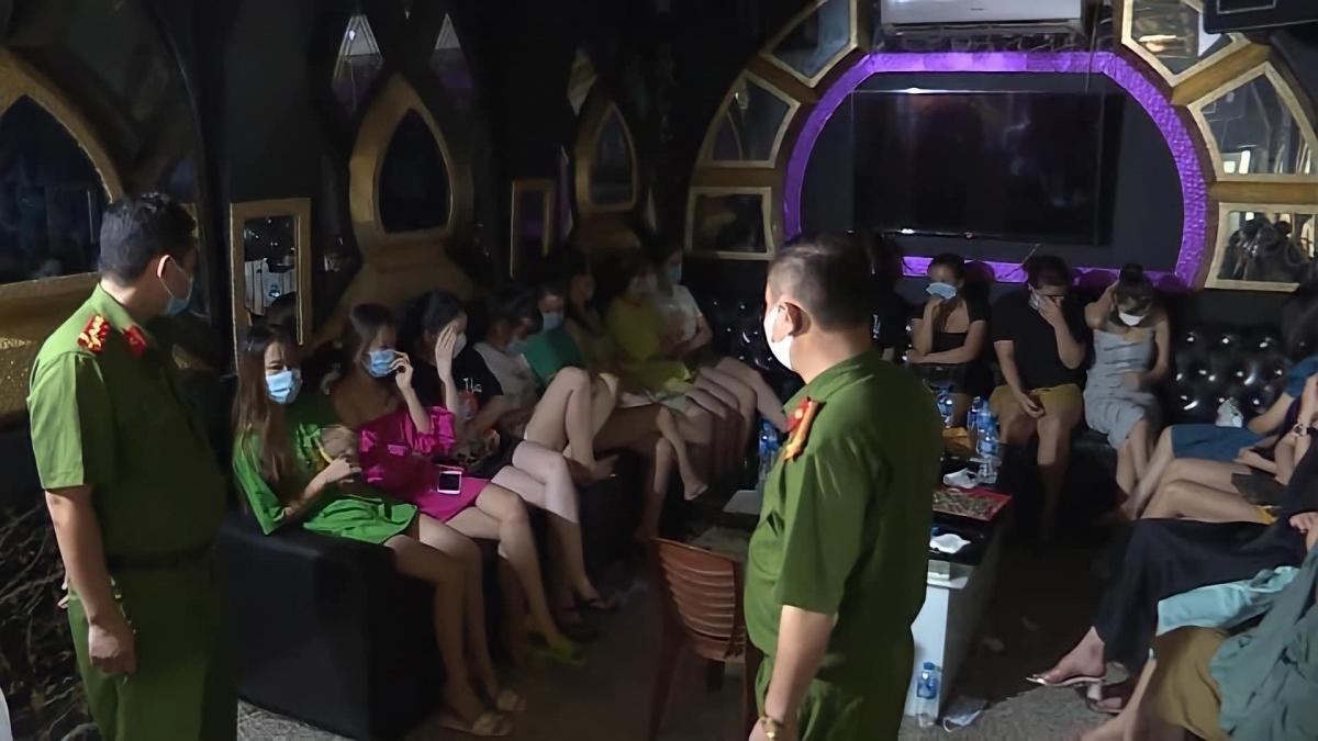 Xử phạt hành chính chủ quan karaoke và 30 khách hát tại quán
