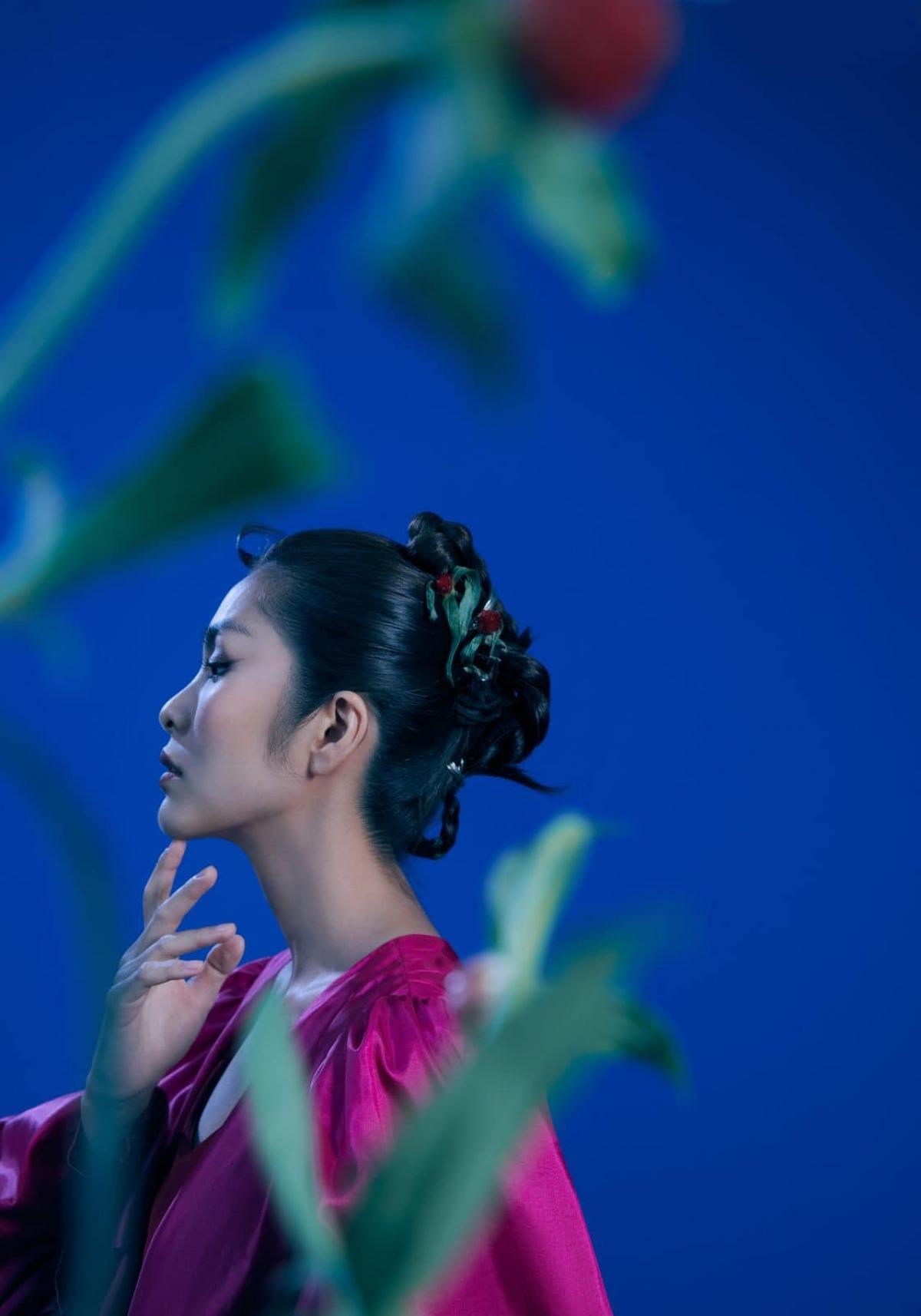Anh chia sẻ,gặp Tăng Thanh Hà và muốn làm bộ ảnh cho sách artbook về một mỹ nhân trong một khu vườn bóng đêm, vẻ đẹp trên khuôn mặt không che dấu tâm trạng âu lo bên trong.