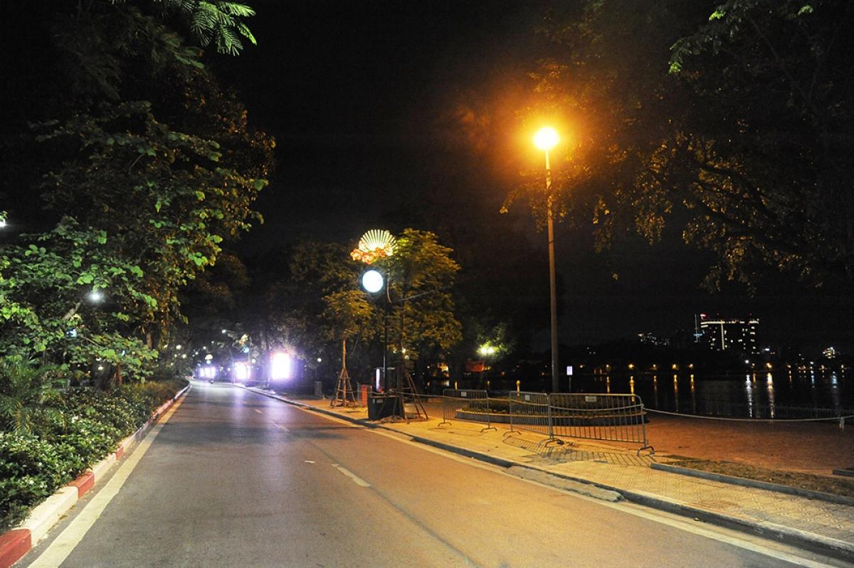 Hồ Tây (nơi trước đây thường xuyên có nhiều người dân tập thể dục, hóng gió) rất vắng vẻ lúc 21h (ngày 27-7)