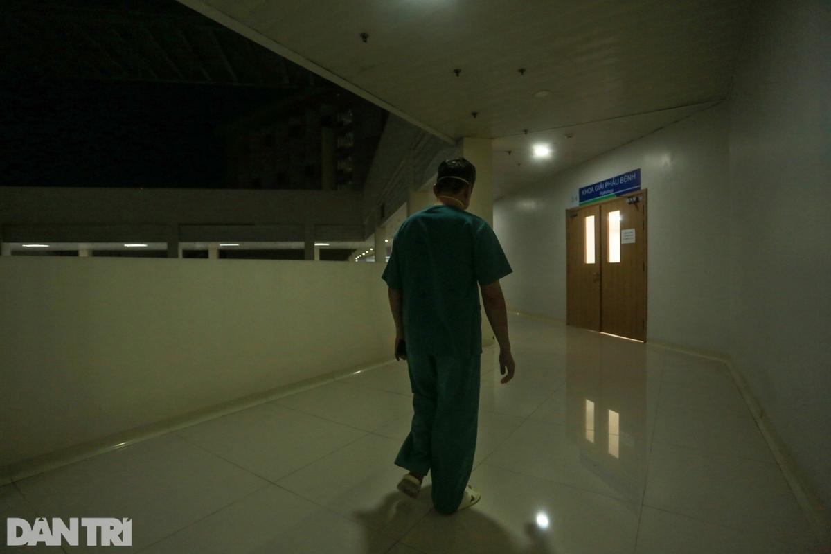 """Kết thúc một ca làm việc căng thẳng, bác sĩ Trần Thanh Linh, còn được gọi với cái tên bác sĩ """"Linh 91"""" lặng lẽ bước đi dưới ánh đèn leo lắt dọc hành lang bệnh viện, ngoài trời là bóng đêm bao trùm./."""