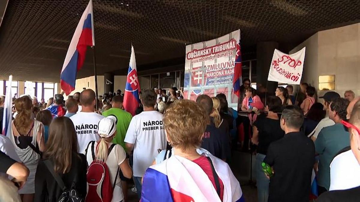 Người biểu tình trước tòa nhà Quốc hội Slovakia.