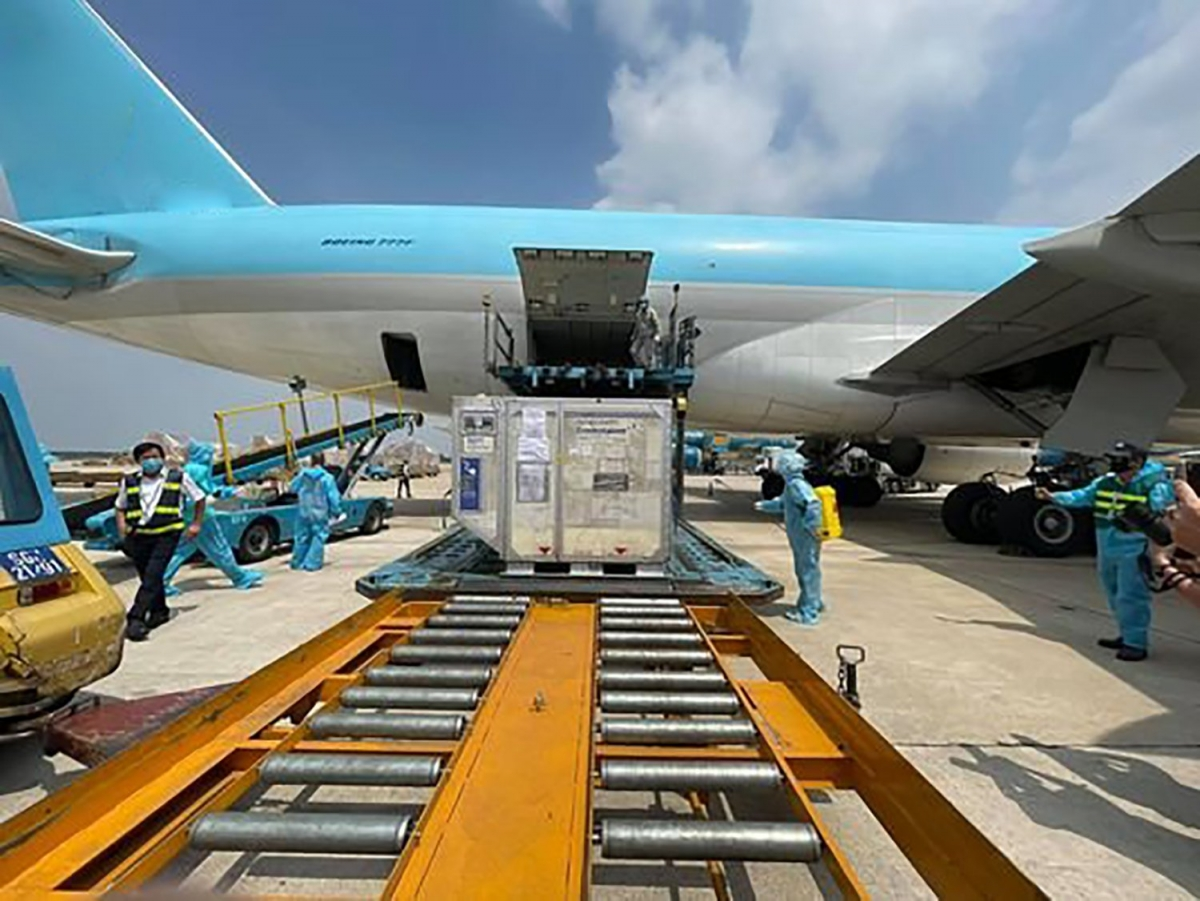 An additional 1.2 million doses of AstraZeneca vaccine arrive in Tan Son Nhat international airport on July 23 (Photo: VNVC)