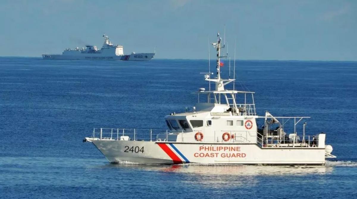 Tàu tuần duyên Philippines và tàu hải cảnh Trung Quốc trong một lần hoạt động gần nhau trên Biển Đông. Ảnh: AFP.