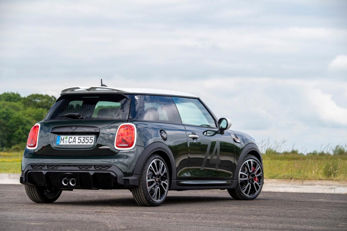 Có sẵn với các biến thể Cooper, Cooper S và JCW, phiên bản đặc biệt có màu sơn British Racing Green, Midnight Black hoặc Rebel Green với các điểm nhấn màu đen và trắng tương phản.