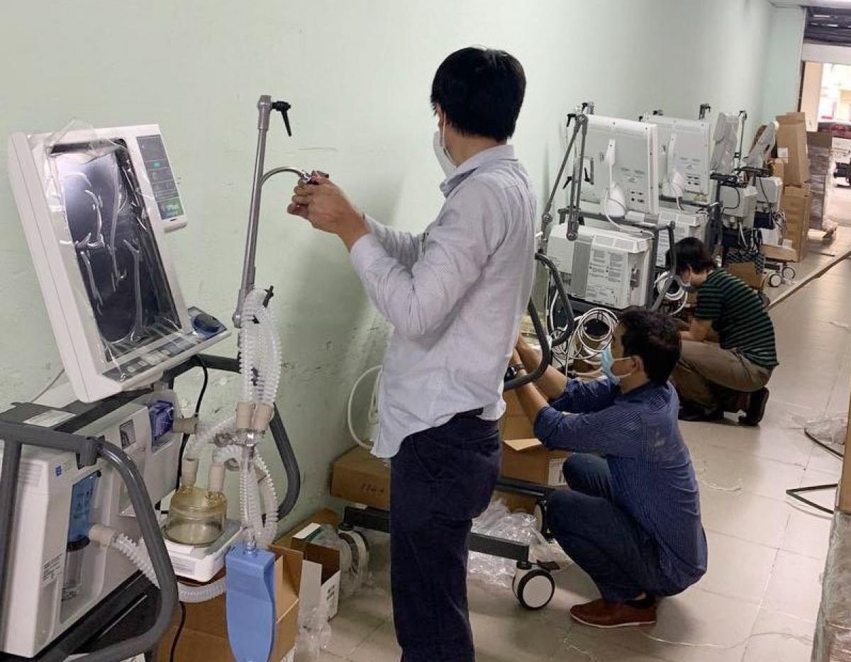 Các máy thở hiện đại do VPBank tài trợ đều được lắp đặt và kiểm tra trước khi chính thức bàn giao.