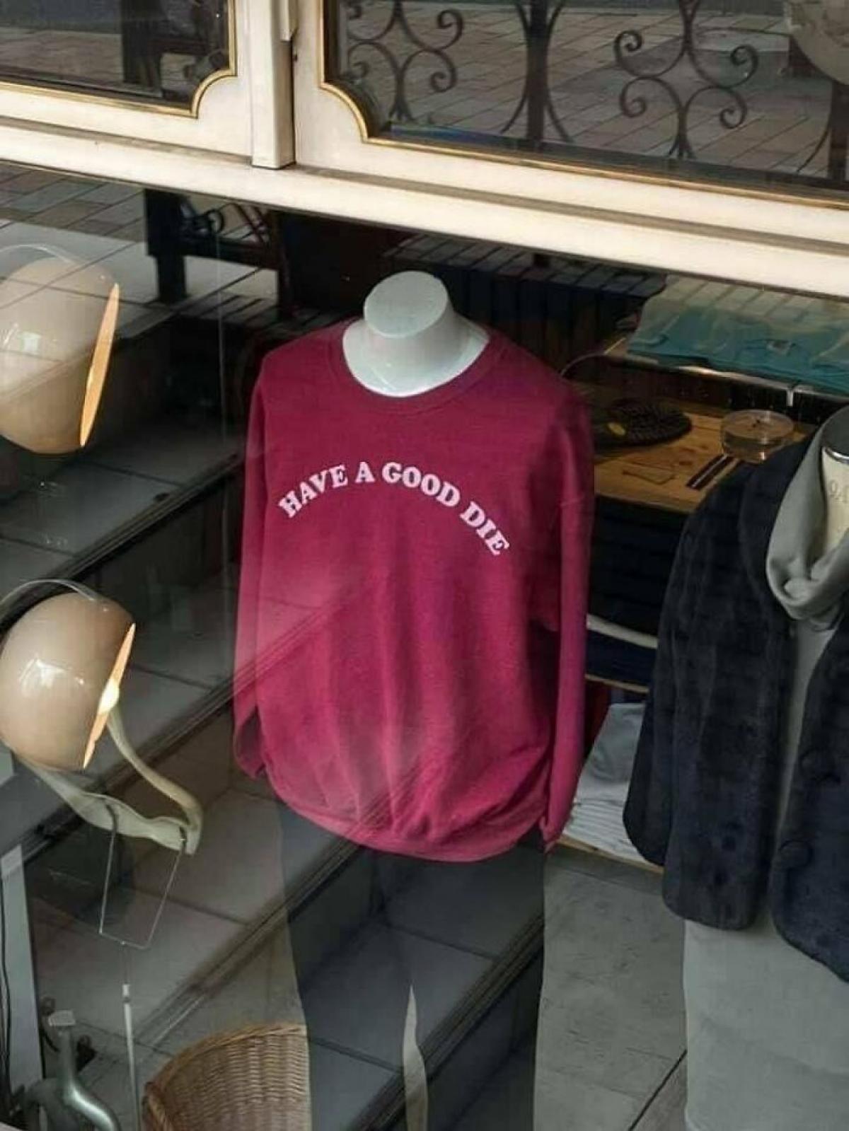 """Không biết có ai dám mua cái áo có dòng chữ """"có một cái chết tốt đẹp"""" này không?"""