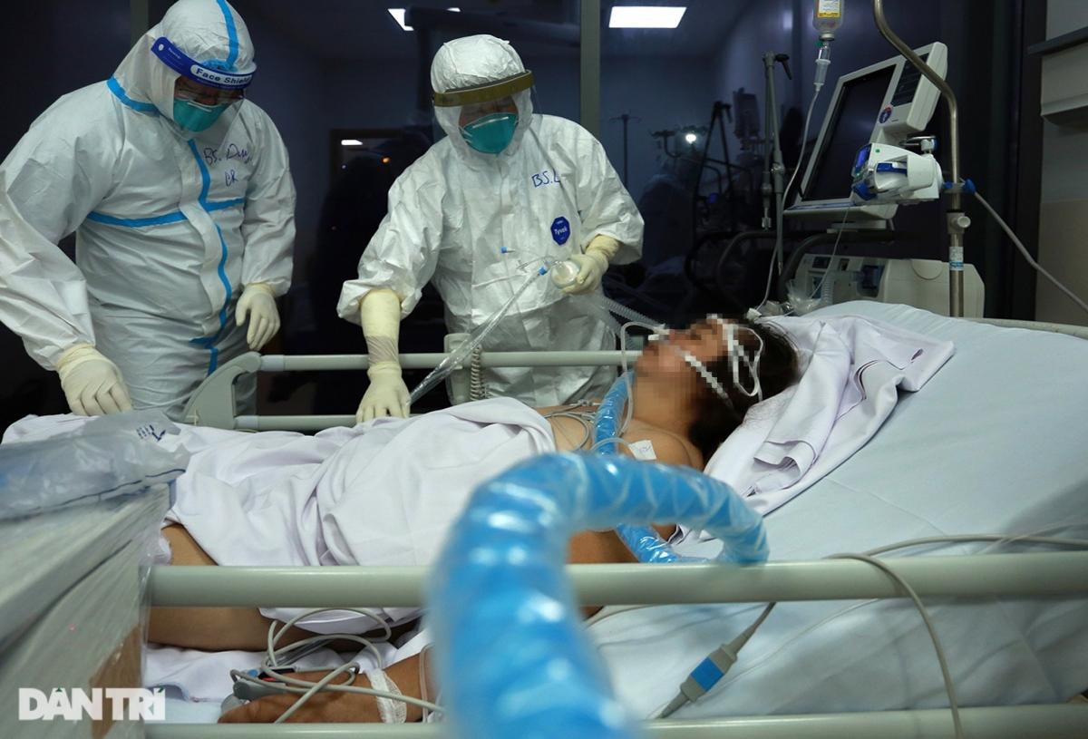 """""""Trường hợp này tiến triển tốt rồi, có thể tự thở, không cần phải chạy ECMO (tim phổi nhân tạo), chuẩn bị tháo ống cho bệnh nhân. Bác sĩ Huy phụ trách cho ca này lên lầu 4 giúp nha. Những người còn lại kiểm tra các bệnh nhân khác lần nữa rồi chuẩn bị thay ca cho kíp tiếp theo"""", bác sĩ Trần Thanh Linh - Trưởng Khoa hồi sức Bệnh viện Chợ Rẫy dặn đồng nghiệp."""