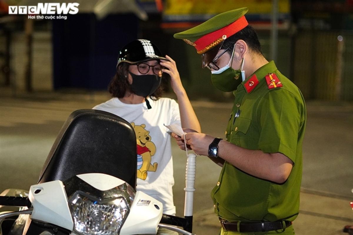 Chủ phương tiện phải xuất trình giấy thông hành theo đúng mẫu của UBND TP Hà Nội đã ban hành, cùng với đó lực lượng chức năng kiểm tra giấy tờ tùy thân để đảm bảo là của một người.