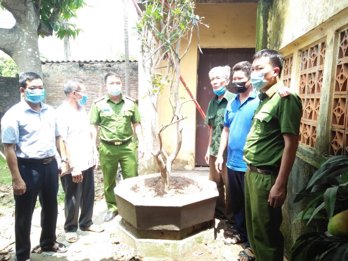 Công an huyện Yên Mỹ trao trả cây cho chính quyền và người dân thôn