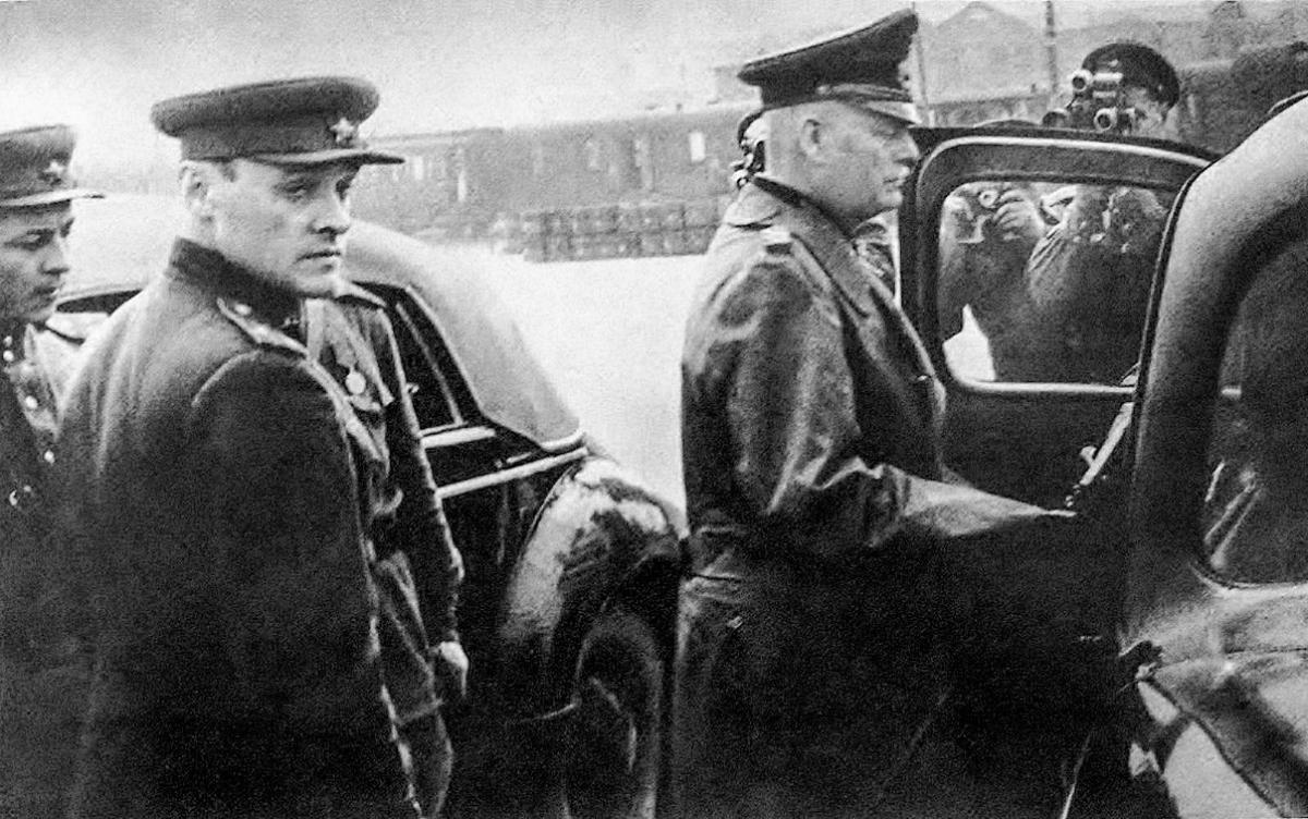 Đại tá Korotkov và Thống chế Đức Wilhelm Keitel; Nguồn: rbth.com
