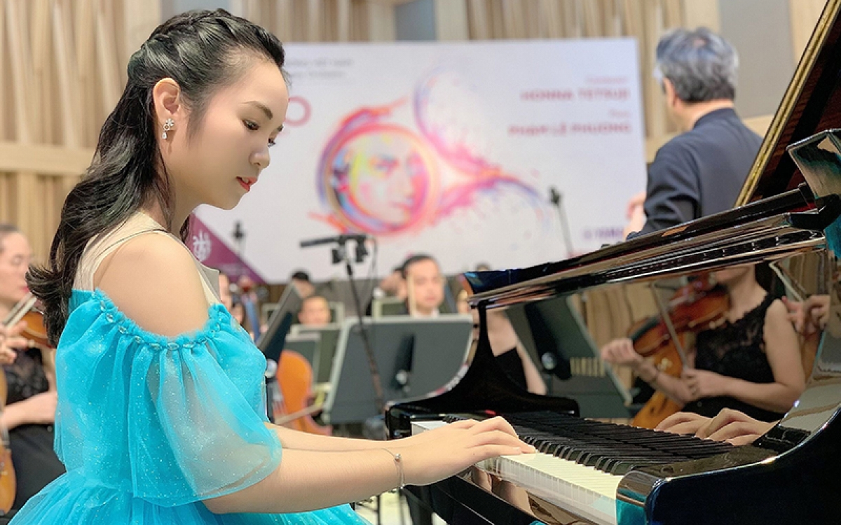 Young pianist Pham Le Phuong at an online concert held by theVietnam National Symphony Orchestra (VNSO) in 2020 (Photo: Nhandan.vn)
