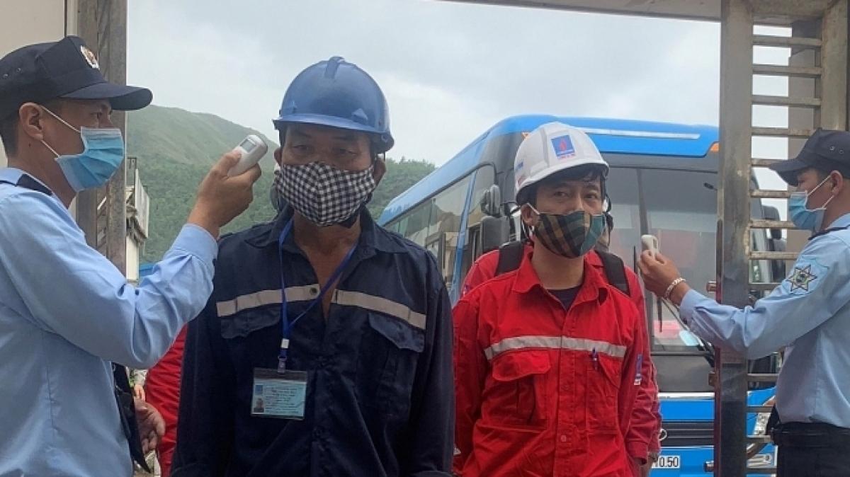 Kiểm tra thân nhiệt cán bộ, người lao động trước khi vào các nhà máy điện.