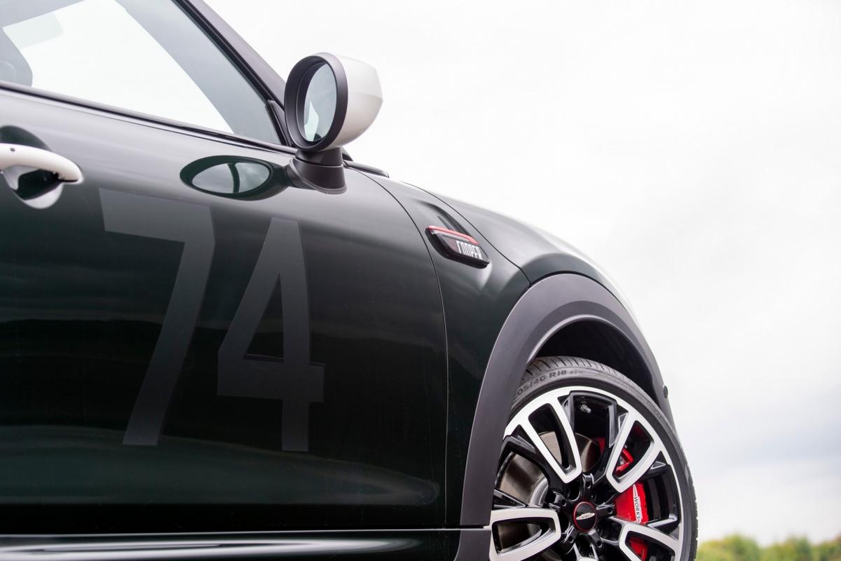 Trên mui xe còn có những đường sọc màu trắng và số 74 trên cửa, điều này nhằm tôn vinh chiếc xe nguyên bản đã dành chiến thắng trong cuộc đua đầu tiên.