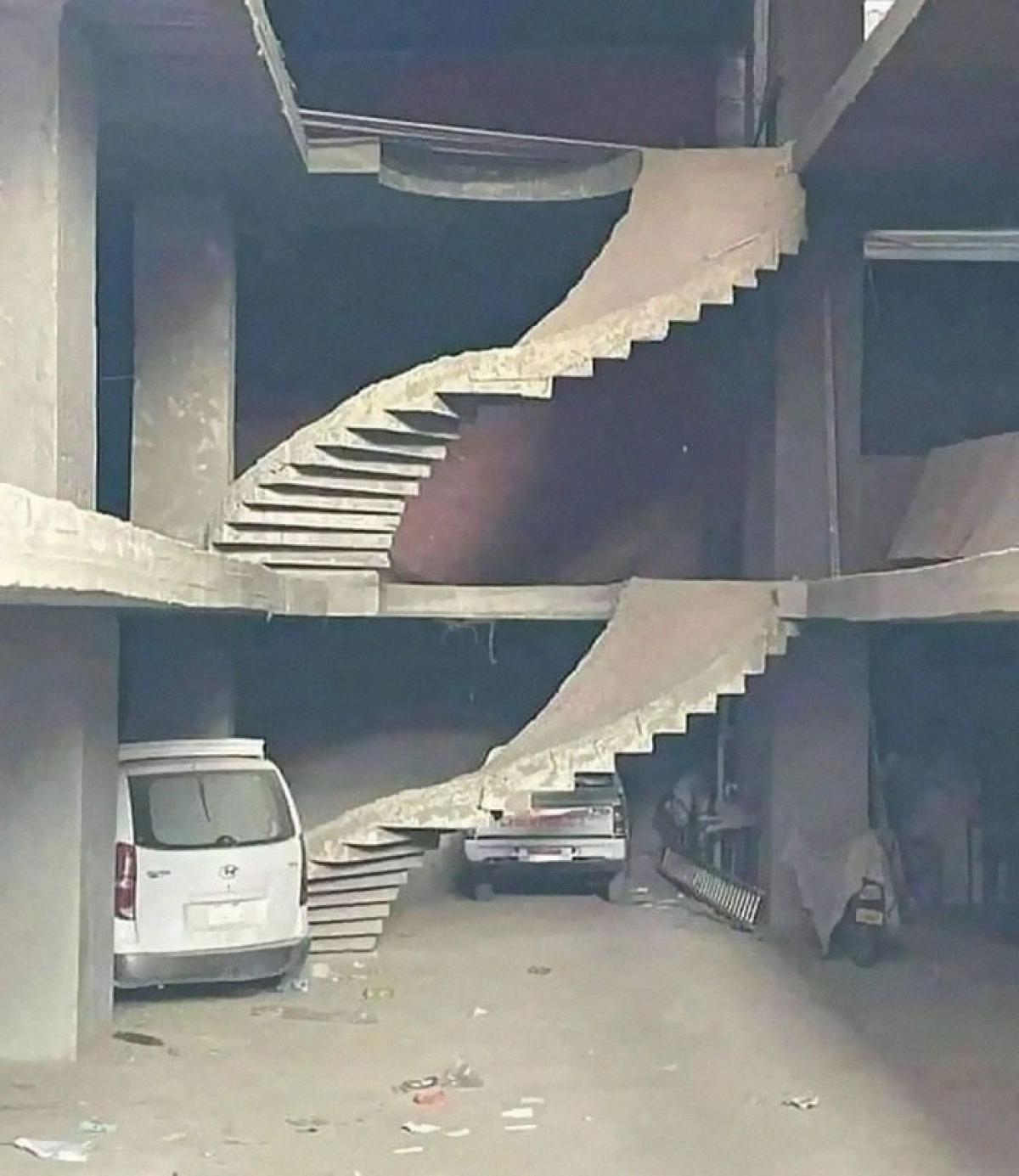 Cầu thang này có lẽ chỉ dành cho người dơi.
