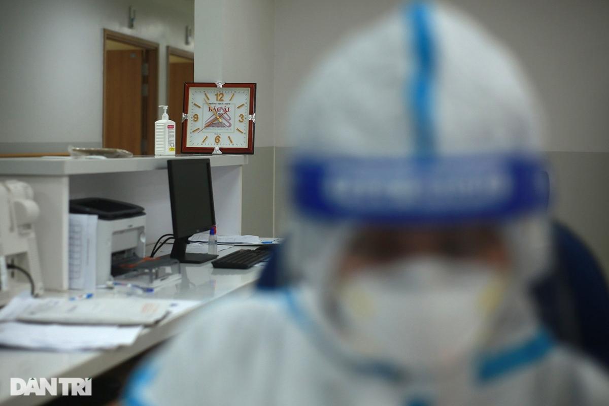 Tiếng máy thở, tiếng máy monitor kêu từng hồi đều đặn, xen kẽ trong không gian tĩnh mịch ở khu phòng điều trị Covid-19. Các y bác sĩ đang kiểm tra lại lần cuối những bệnh nhân nguy kịch để chuẩn bị cho ê-kíp tiếp theo vào thay ca sau 7 tiếng làm việc liên tục.