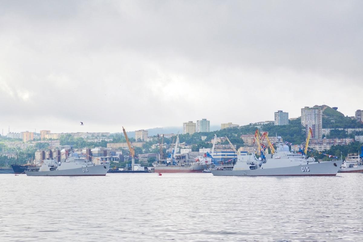 Trong đội hình tàu tham dự lễ duyệt binh, hai tàu 015 và 016 của Việt Nam nổi bật với hình ảnh lá cờ Tổ quốc tung bay được treo cạnh quốc kỳ LB Nga. Khi tàu chỉ huy duyệt ngang qua vị trí của tàu 015 và 016, các cán bộ, sĩ quan trên tàu đã thực hiện các nghi thức chào trang trọng theo Điều lệnh tàu Hải quân nhân dân (HQND) Việt Nam. Trong ảnh: Biên đội tàu 015,016 trong Lễ duyệt binh. (Ảnh: Lữ đoàn 162 cung cấp)