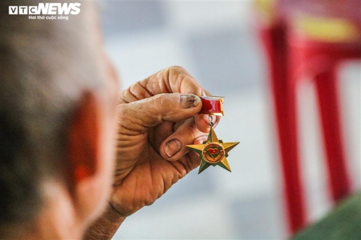 Những tấm huy chương được ông Lứ cất cẩn thận, mỗi lúc nhớ đồng đội ông lại lôi ra xem. (Ảnh TRỌNG TÙNG)