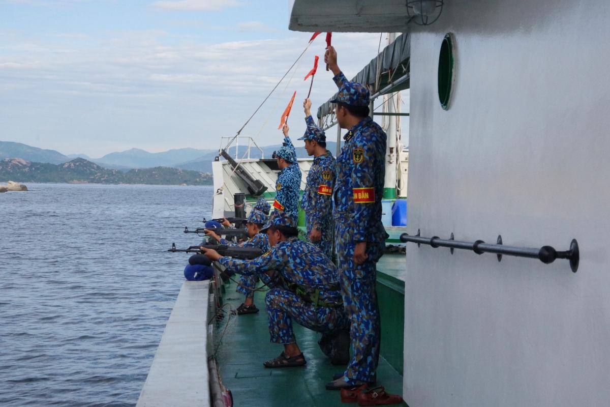 Huấn luyện bắn đạn thật trên biển. Ảnh Trung đoàn 196 cung cấp.