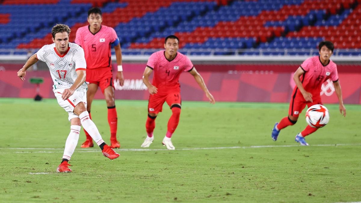 Khó khăn chồng chất với Hàn Quốc khi Sebastian Cordova nâng tỷ số lên 3-1 trên chấm phạt đền ở phút 39.(Ảnh: Reuters)