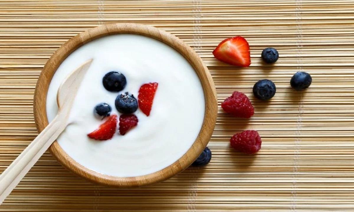Chúng ta không thể phủ nhận lợi ích sức khỏe của sữa chua. Nó là một nguồn thực phẩm tuyệt vời giàu canxi, magie, protein từ sữa và các vitamin khác. Ăn sữa chua trước bất kỳ thứ gì khác vào buổi sáng có thể tiêu diệt các lợi khuẩn có trong sữa chua và làm giảm lợi ích dinh dưỡng mà nó thường cung cấp. Các nhà nghiên cứu cho biết tốt nhất nên ăn sữa chua từ 1-2h sau bữa ăn.