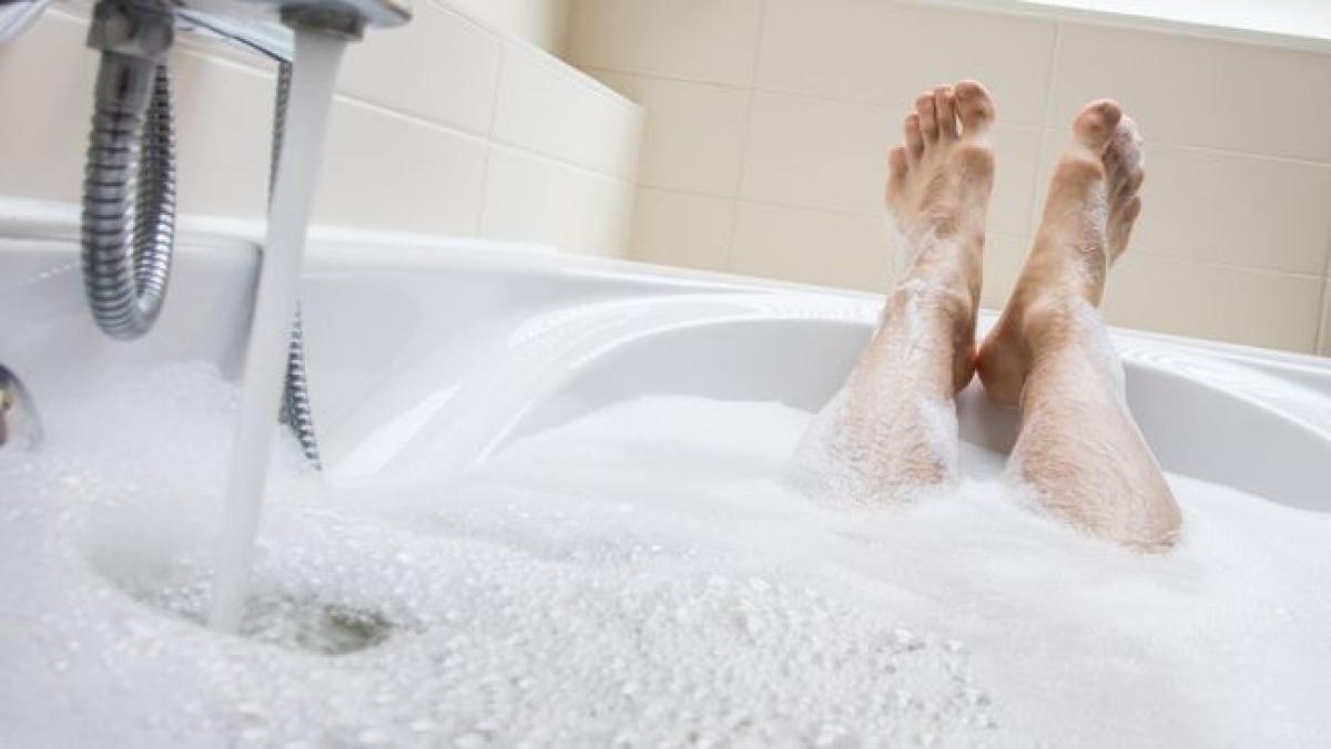 Nguyên nhân: Các vi sinh vật gây nhiễm nấm men luôn tồn tại trên da. Một số yếu tố có thể dẫn đến sự phát triển quá mức của các vi sinh vật này, dẫn đến tình trạng nhiễm nấm men. Nam giới có thể bị nhiễm nấm men nếu quan hệ tình dục với phụ nữ bị nhiễm nấm men, dù là quan hệ qua đường miệng, âm đạo hay hậu môn. Không vệ sinh cơ thể đúng cách cũng có thể gây nhiễm nấm men ở nam giới.