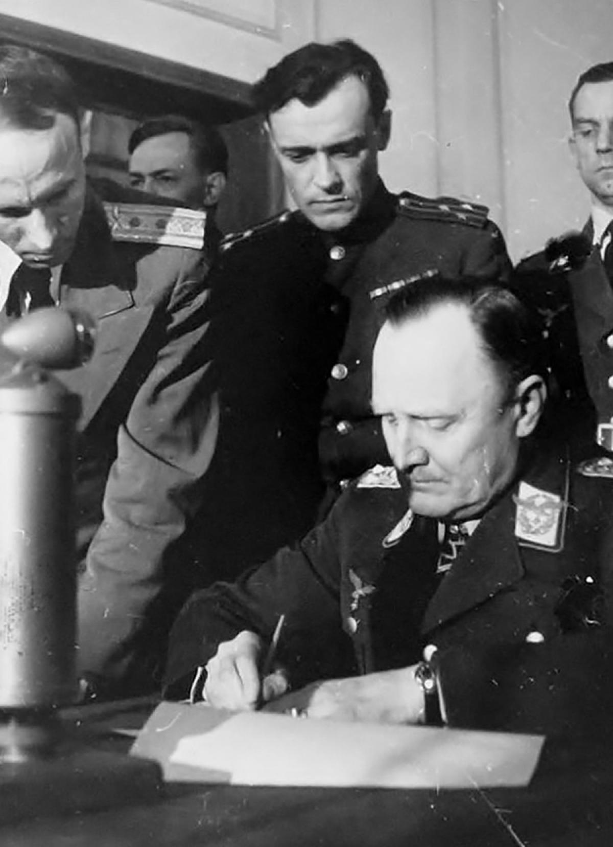 Đại tá Korotkov và Tướng Hans-Jürgen Stumpff, một trong những người ký kết đầu hàng vô điều kiện; Nguồn: bth.com