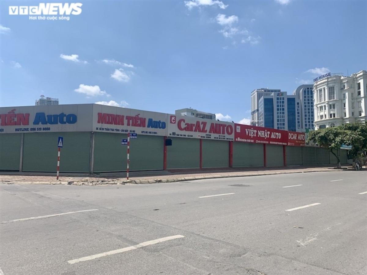 Tại một cửa hàng ô tô cũ nằm trên đường Trần Thái Tông, chiếc Huyndai Grand i10 màu đỏ đời 2018 trước có giá 385 triệu nay được chào bán với giá 345 triệu đồng.