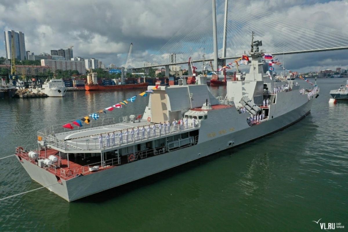 Sự tham dự tích cực và có trách nhiệm của Biên đội tàu 015, 016 vào Lễ duyệt binh góp phần khẳng định sự ủng hộ của Bộ Quốc phòng Việt Nam cũng như Hải quân nhân dân Việt Nam (HQNDVN) đối với các sự kiện quốc tế mà Bộ Quốc phòng LB Nga cũng như Hải quân LB Nga tổ chức; đồng thời, nhằm đáp lại thịnh tình trước sự ủng hộ của Hải quân LB Nga đối với các hoạt động do HQNDVN tổ chức trong năm Chủ tịch ASEAN 2020. Trong ảnh: Tàu 015 trong Lễ duyệt binh. (Ảnh: Lữ đoàn 162 cung cấp)