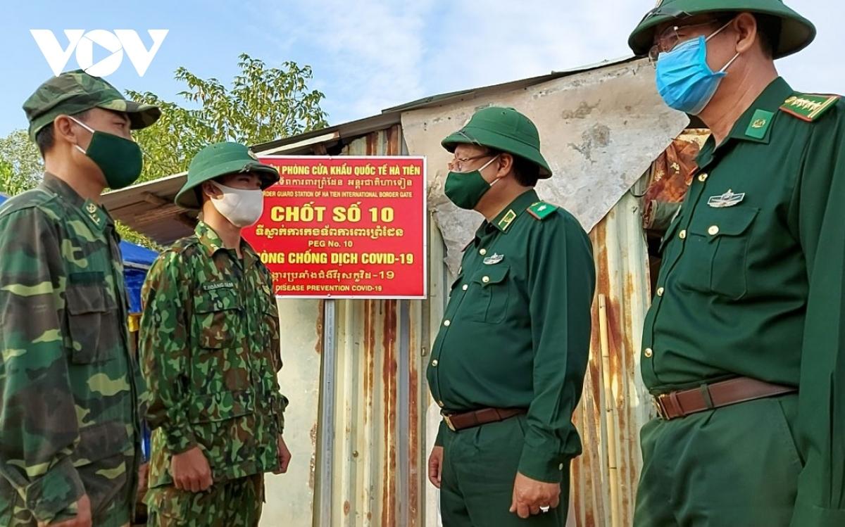 Thiếu tướng Nguyễn Hoài Phương (Thứ 2 từ phải qua), Phó Tư lệnh Bộ đội biên phòng thăm hỏi sức khỏe, tình hình phòng, chống dịch bệnh tại chốt liên ngành biên giới Hà Tiên.
