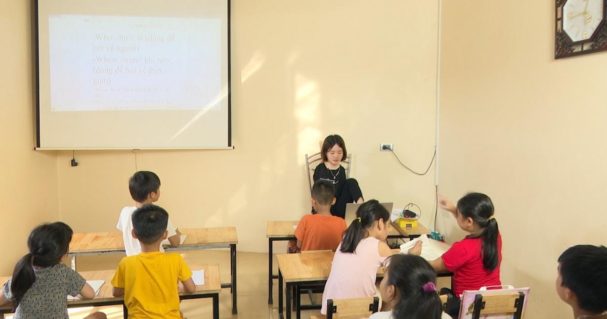 Có rất nhiều em nhỏ đến tham gia lớp học của Thắm.